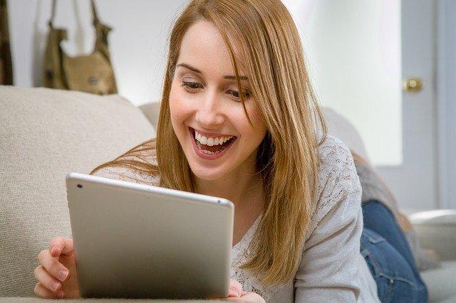 femme intéressée par un contenu rédactionnel sur sa tablette